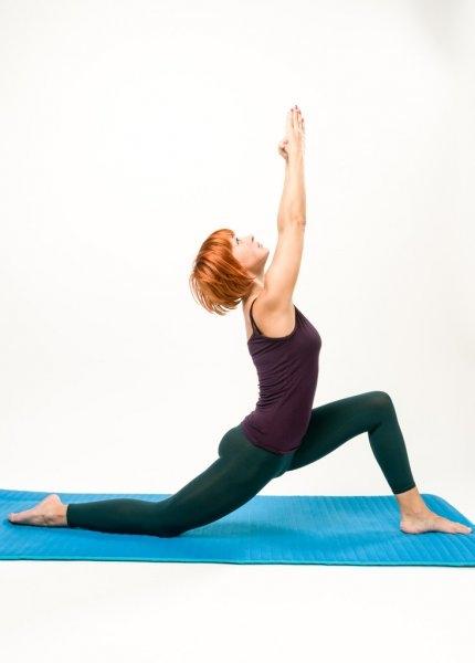 lächelnd mädchen halten beine auseinander tut Übungen | yoga, um ihren körper zu heilen