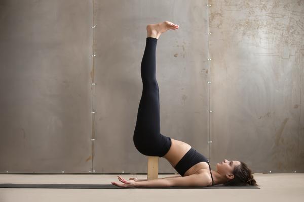 schulterstand asana iyengar yoga | yoga um ihren körper zu heilen